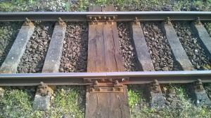 Tory kolejowe, łączenie szyn
